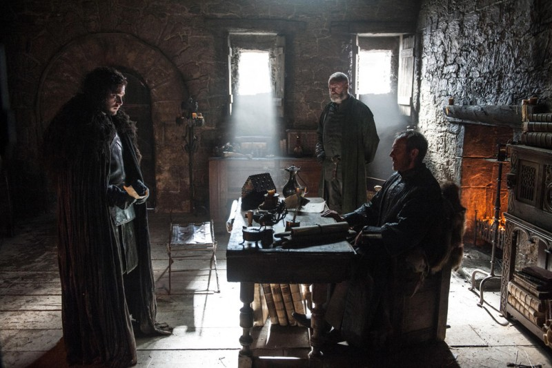 Game-of-Thrones-Season-5-Episode-1-Picture-Kit_Harington-Jon-Snow-Stephen-Dillane-Stannis-Baratheon-Liam-Cunningham-Davos-Seaworth-800x533